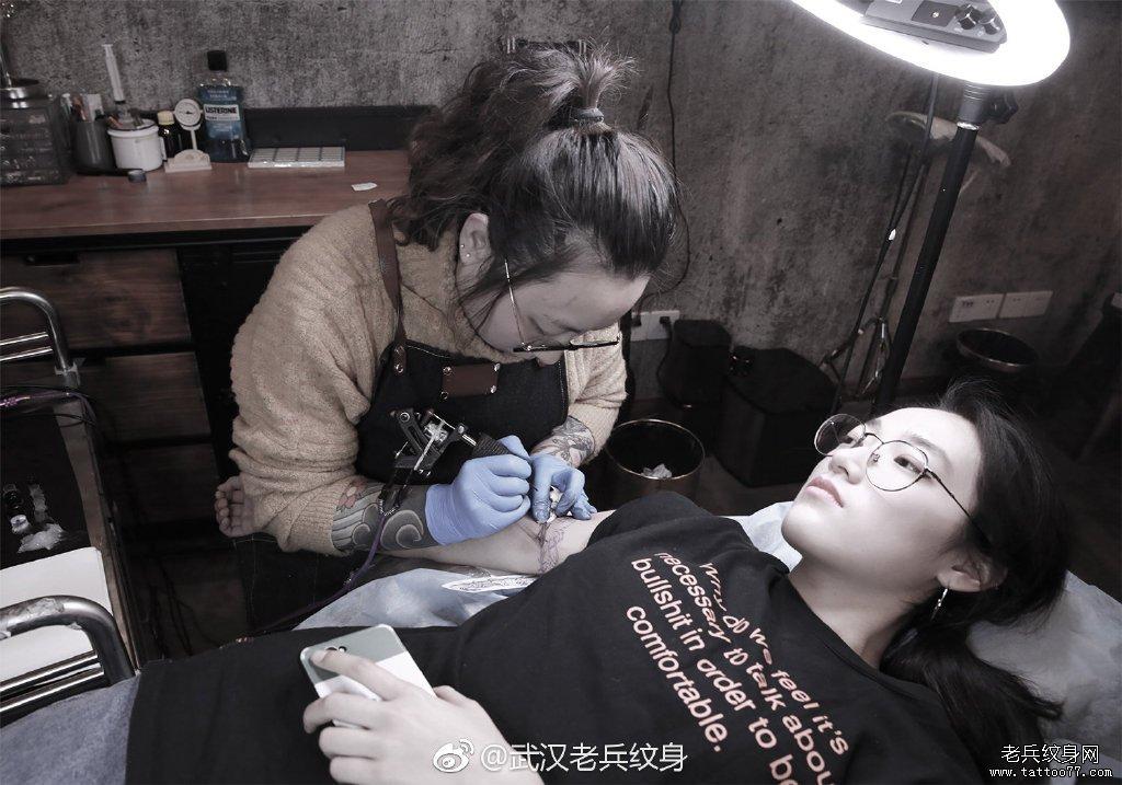 女纹身师雯雯手臂纹身制作花絮
