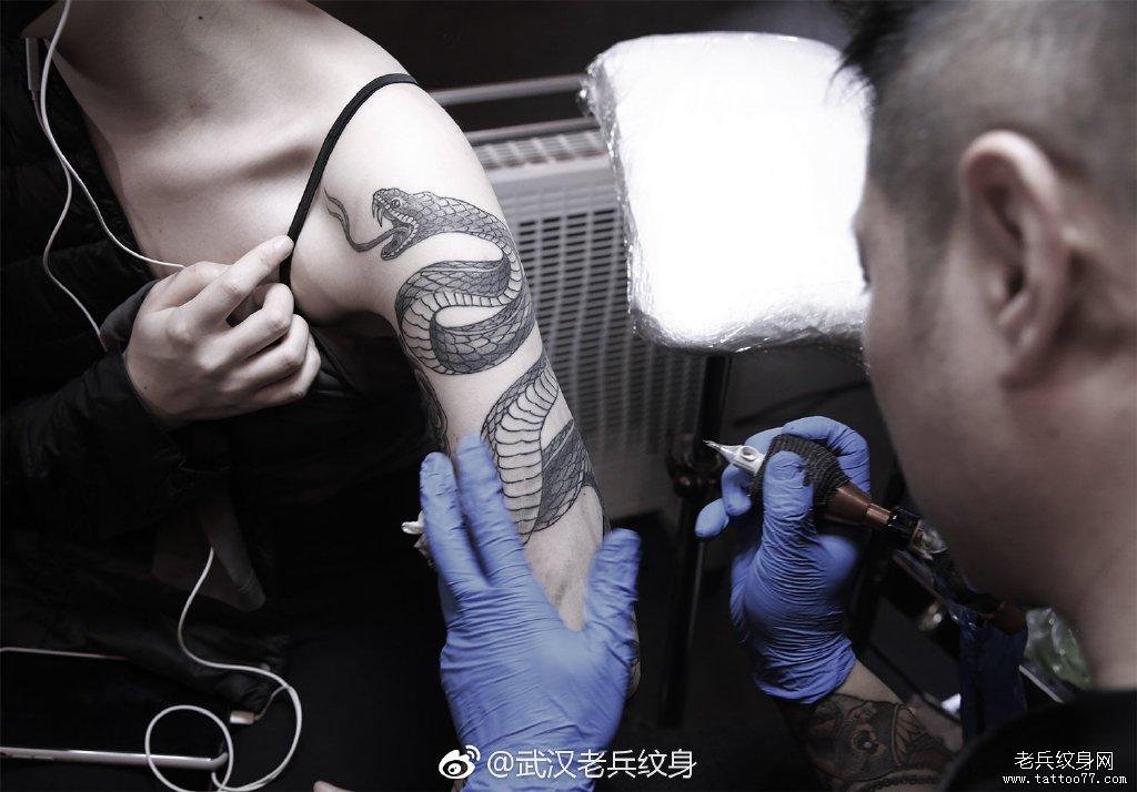 武汉老兵纹身兵哥手臂蛇纹身制作中