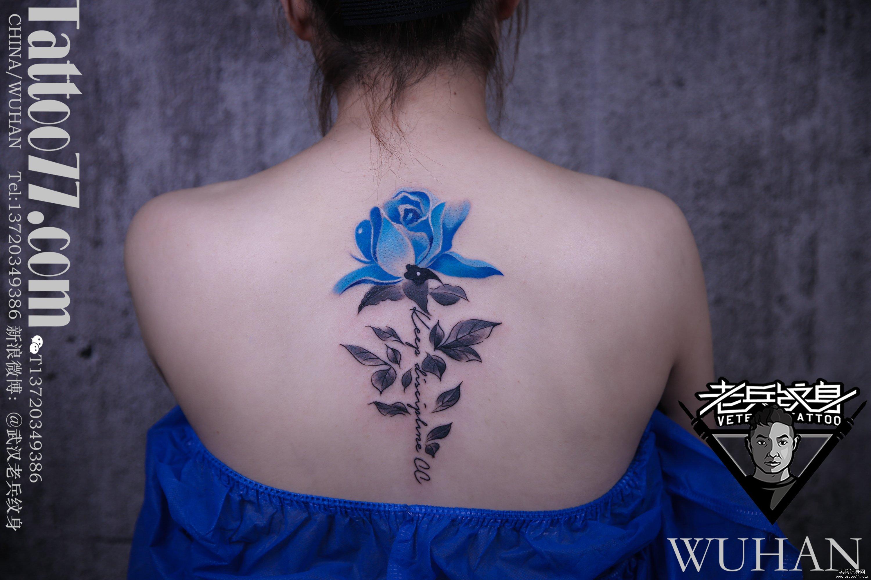 脊柱蓝色玫瑰花纹身作品