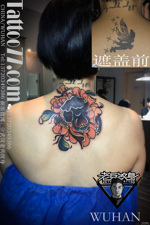 后颈彩色牡丹花遮盖旧纹身作品