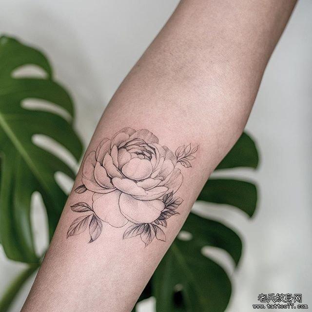 手臂黑灰素花纹身图案