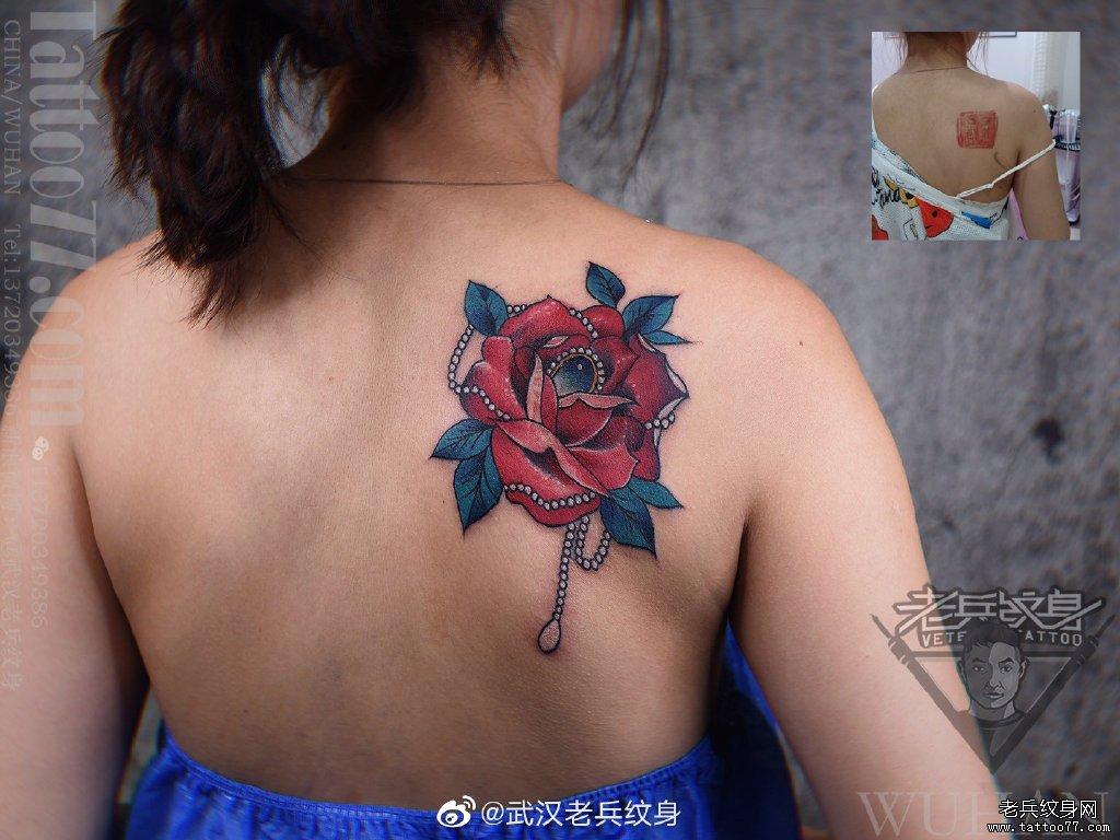 后背玫瑰遮盖纹身作品
