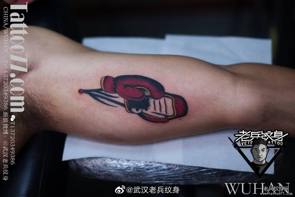 手臂内侧拳击手套纹身作品