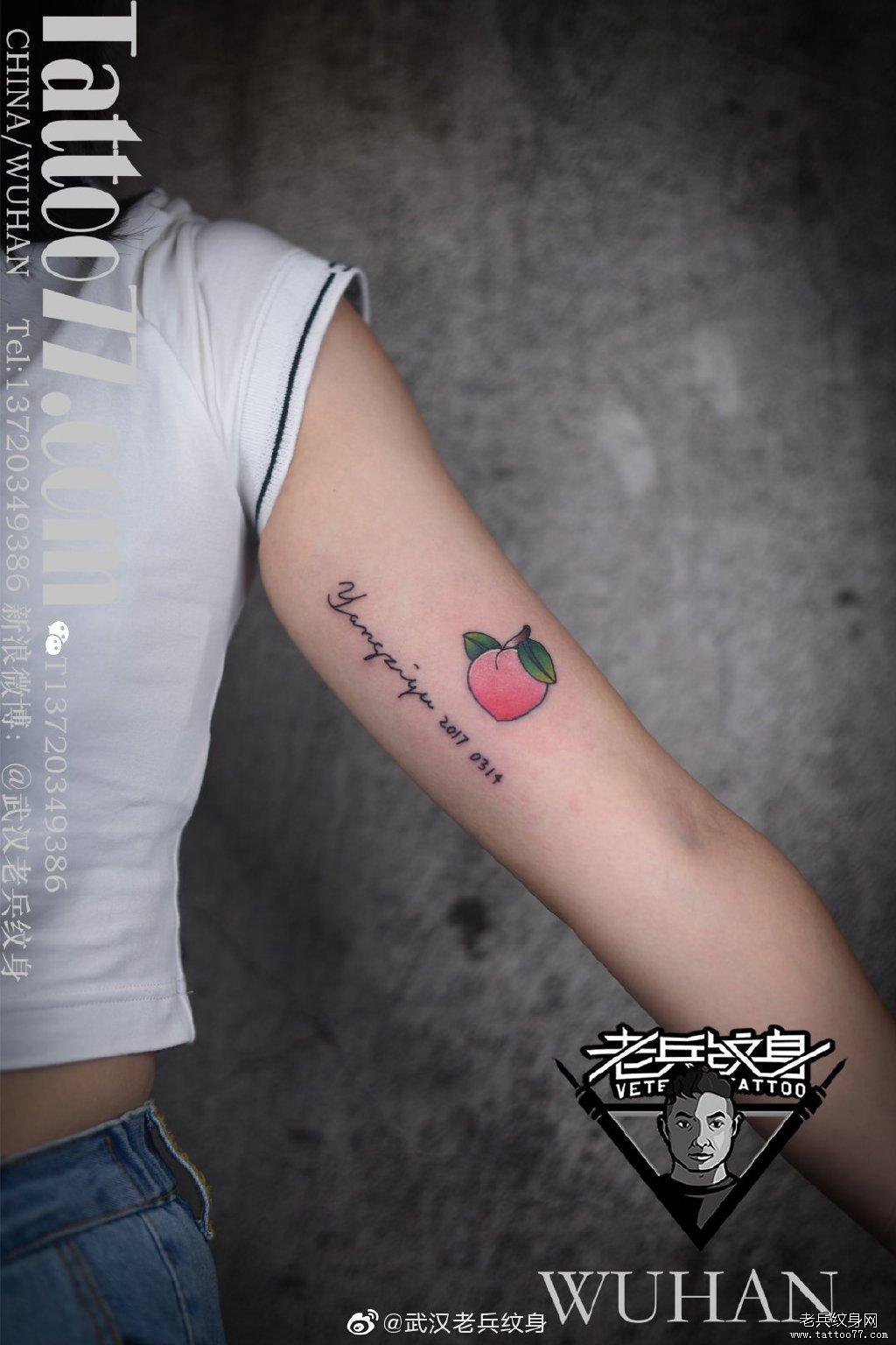 手臂内侧英文蜜桃纹身作品