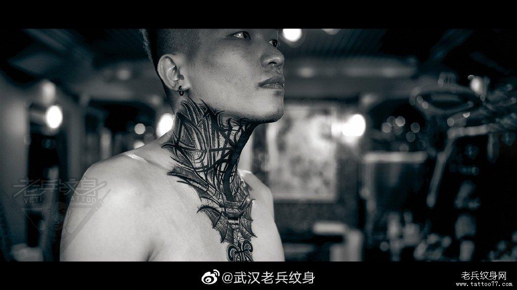 颈部暗黑花体字纹身作品