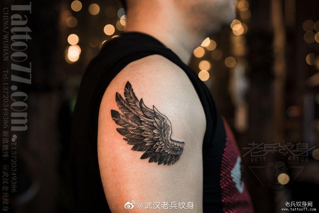 大臂黑灰翅膀纹身作品