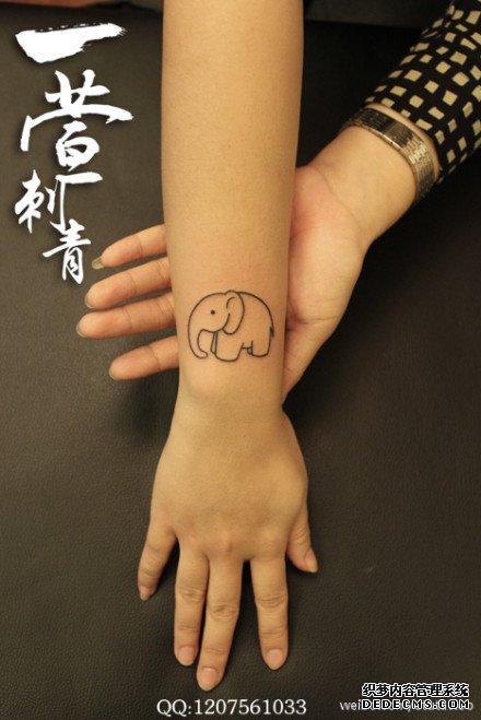 女生手臂潮流的线条小象纹身图案