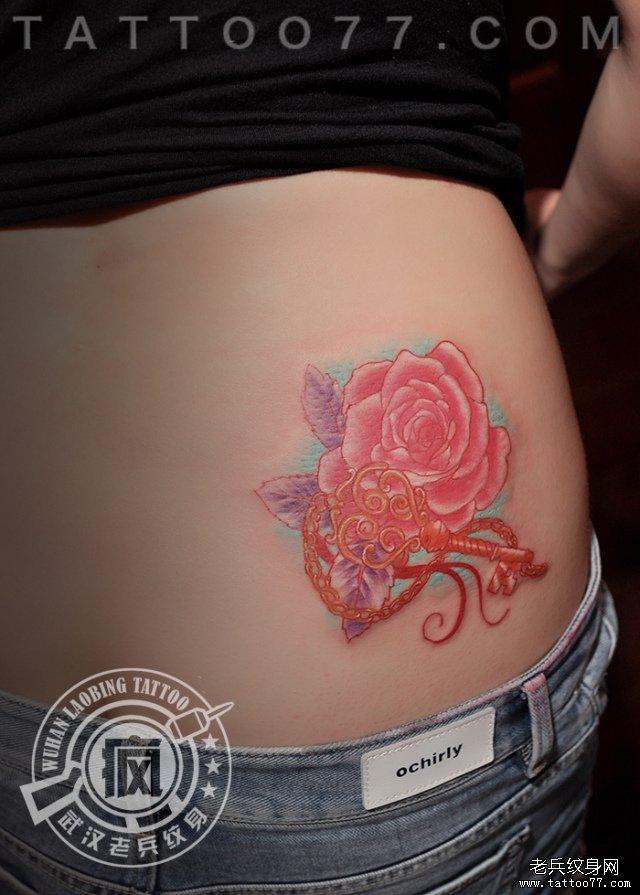 美女后腰彩色钥匙玫瑰花纹身