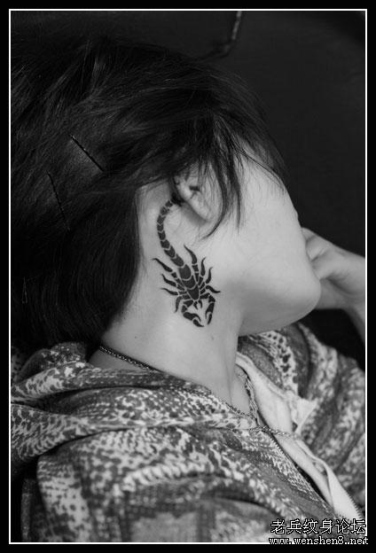 mn的颈部蝎子纹身图
