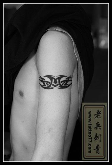 美女颈部滕花纹身作品