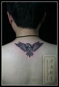 颈部翅膀图腾纹身图片