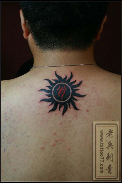 颈部太阳文字纹身图片