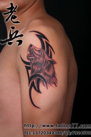 大臂图腾狼纹身