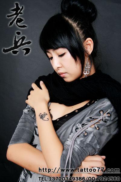 美女手臂星座图腾蝎子纹身