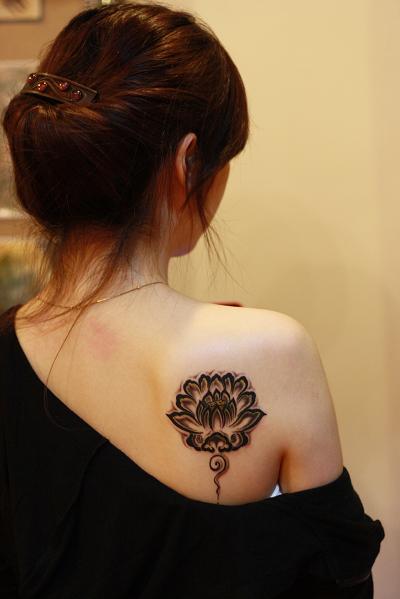 2011年最新纹身图案大全—美女后背莲花图腾纹身图案
