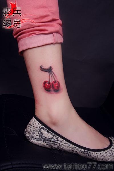 武汉纹身店:美女腿部樱桃纹身图片