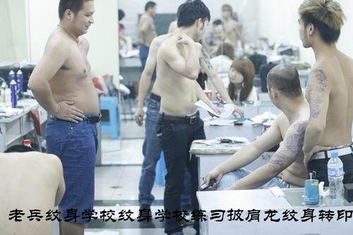 纹身培训学校:老兵文身学员练习转印披肩龙文身图案