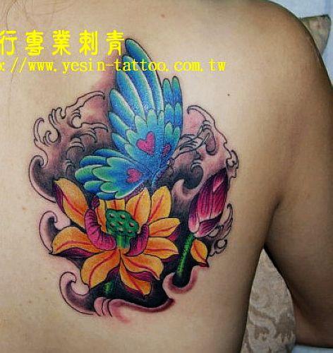湖北咸宁文身店:一款适合男人的蝴蝶莲花纹身图案图片