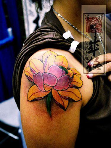 日本纹身师手臂彩色莲花纹身作品; 莲花纹身图案_莲花纹身图案大全