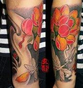湖北黄冈纹身店:手臂莲花蜻蜓纹身图案图片