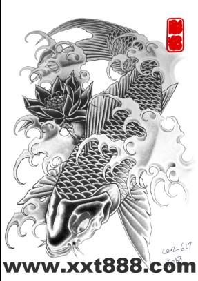 专业文身店:一款黑白鲤鱼莲花纹身图案图片