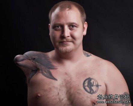 断臂纹身变海豚,挪威男子