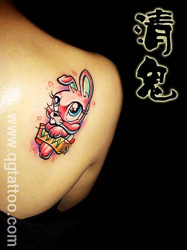 武汉宜昌纹身店:肩膀卡通兔子纹身图案图片
