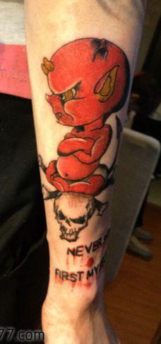 手臂另类的欧美小恶魔纹身图案