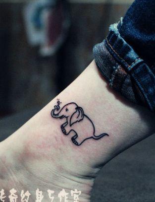 女孩子喜欢的腿部可爱大象纹身图案
