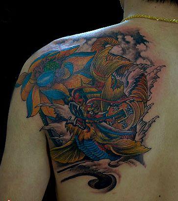 男人肩背一款鳌鱼纹身图案