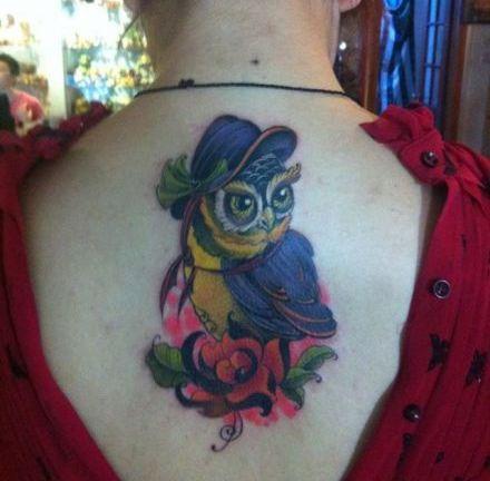 女生背部猫头鹰纹身图案
