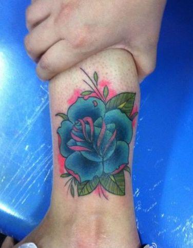 女生腿部彩色玫瑰花纹身图案