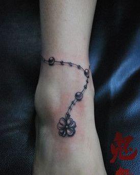 女孩子脚部流行的四叶草脚链纹身图案 高清图片