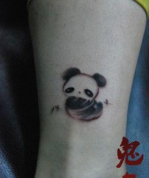 女孩子腿部可爱熊猫纹身图案