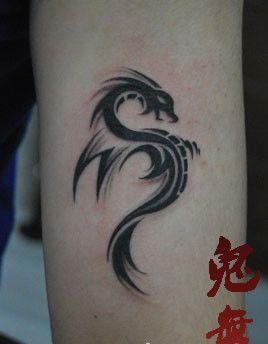 手臂精美的图腾龙纹身图案图片