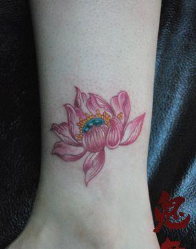 彩色莲花纹身图案