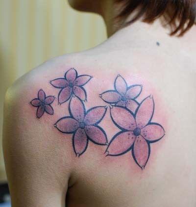 女生肩部黑白樱花纹身图案图片
