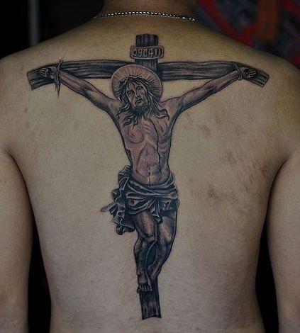 背部经典的十字架耶稣纹身图案