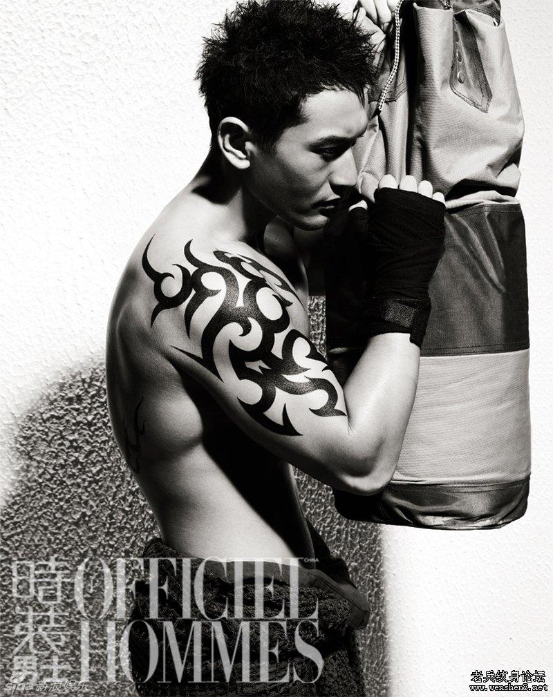 黄晓明杂志封面半裸肌肉秀纹身