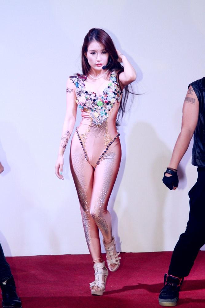 人鱼公主孙敬媛出席活动露爆乳纹身极为性感