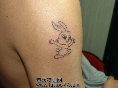 手臂可爱的卡通兔子纹身图案 (500x375)