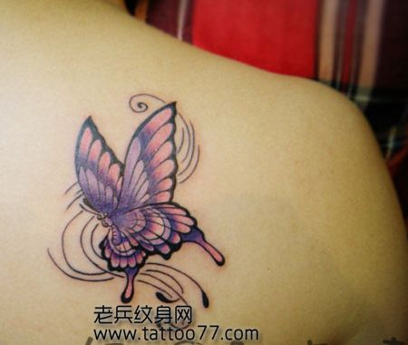 女生肩部彩色蝴蝶纹身图案