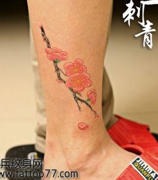 美女腿部彩色桃花纹身图案