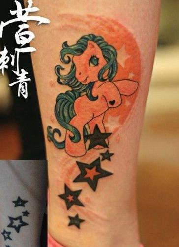 女孩子腿部彩色小天马纹身图案