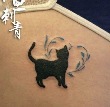 女孩子腿部一款可爱图腾猫咪纹身图案
