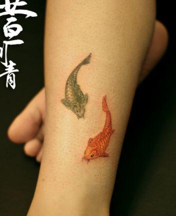 女生腿部小巧的小鲤鱼纹身图案