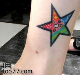 女孩子腿部时尚的彩色五角星纹身图案