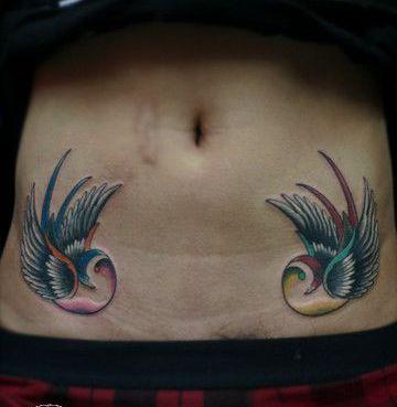 女生腹部欧美风格小燕子纹身图案