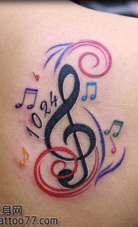 女生肩背流行的小音符纹身图案