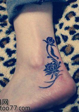 女孩子脚部一款图腾莲花纹身图案